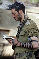 160px-IDF_soldier_put_on_tefillin